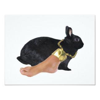 """El pie humano afortunado del conejo invitación 4.25"""" x 5.5"""""""