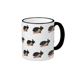 El pie humano afortunado del conejo taza de café
