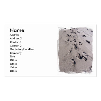 El pie imprime en arena mojada de la playa hacia e tarjetas de visita