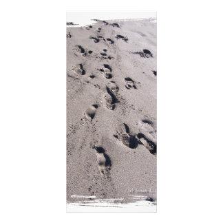 El pie imprime en arena mojada de la playa hacia e tarjetas publicitarias