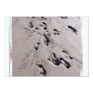 El pie imprime en arena mojada de la playa hacia invitación personalizada