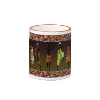 El pie tribal africano pisa fuerte tazas de café