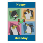 El pingüino ajusta la tarjeta de cumpleaños