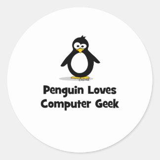 El pingüino ama al friki del ordenador pegatina redonda