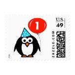 El pingüino con el 1r cumpleaños del bebé rojo del envio