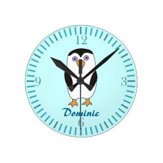 El pingüino del dibujo animado embroma los relojes