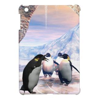 El pingüino divertido va en un lago con hielo