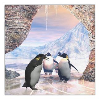 El pingüino divertido va en un mar con hielo impresión en madera