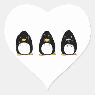 El pingüino lindo ve que hablar no oiga ningún mal pegatina en forma de corazón
