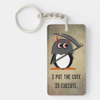 El pingüino malvado lindo adentro ejecuta llavero rectangular acrílico a una cara