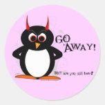 ¡El pingüino malvado sale! Etiqueta Redonda