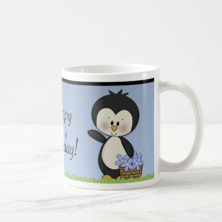 El pingüino sonríe taza de café del feliz cumpleañ