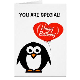 El pingüino y el corazón románticos de la tarjeta
