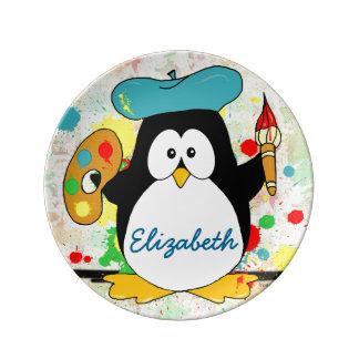 El pintor artístico del pingüino personaliza platos de cerámica