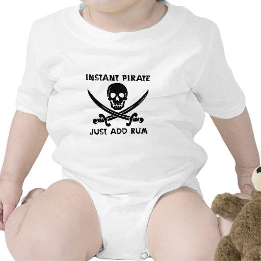 El pirata inmediato apenas añade el ron traje de bebé
