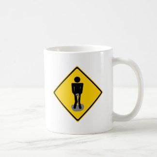 El pis jadea la señal de tráfico taza de café