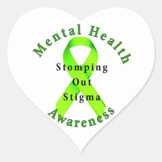 El pisar fuerte hacia fuera estigma pegatina en forma de corazón