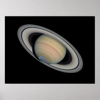 El planeta Saturn con auroras Poster