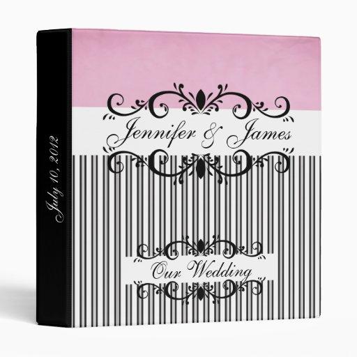 El planificador del boda nombra la carpeta rosada