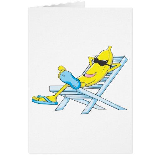 El plátano amarillo se relaja se sienta en sillón tarjeta de felicitación