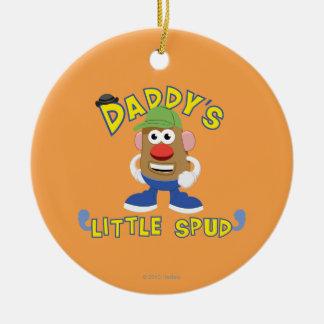 El poco del papá perfora adornos de navidad