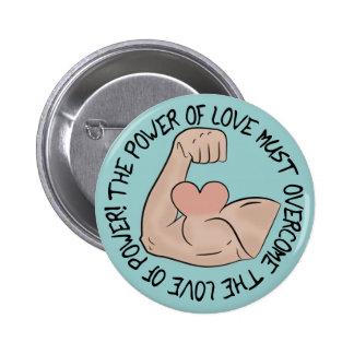 El poder del amor debe superar el amor del poder pin redondo de 2 pulgadas