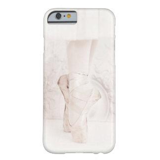 El pointe blanco del ballet de Giselle calza la Funda Barely There iPhone 6