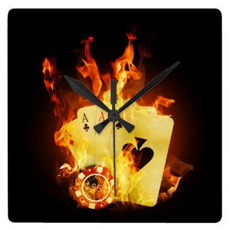 El póker ardiente carda el reloj de pared