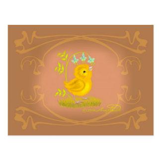 El polluelo amarillo del bebé con Bluebell florece Tarjetas Postales