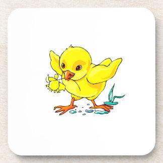 el polluelo amarillo que sostiene la flor se va vo posavasos