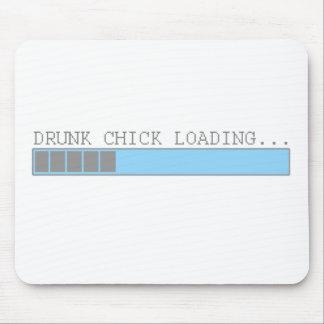 El polluelo borracho que carga a chicas divertidos alfombrillas de raton