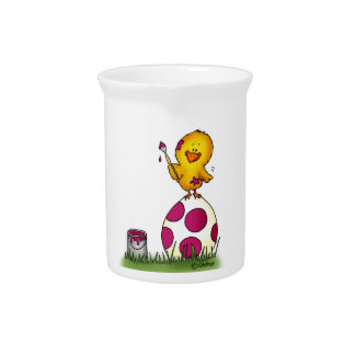 El polluelo caprichoso lindo está coloreando un hu jarra