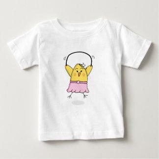 El polluelo de la camiseta de los chicas salta