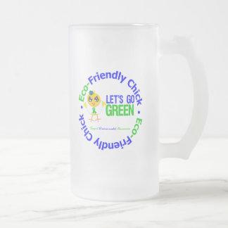 El polluelo respetuoso del medio ambiente deja par taza de café