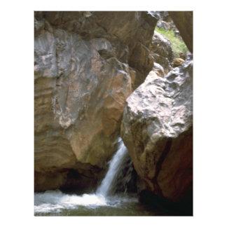 """El Poring abajo de las rocas Folleto 8.5"""" X 11"""""""