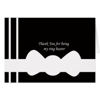 El portador de anillo le agradece cardar tarjeta de felicitación