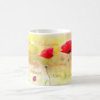 El positivo redacta la flor inspirada de la taza básica blanca