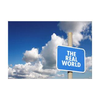 El poste indicador del mundo real con el cielo lona envuelta para galerias
