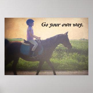 """El poster del caballo """"va su propia manera """""""