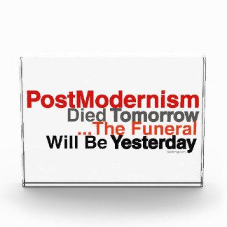 El Postmodernism murió mañana escultura de acrílic