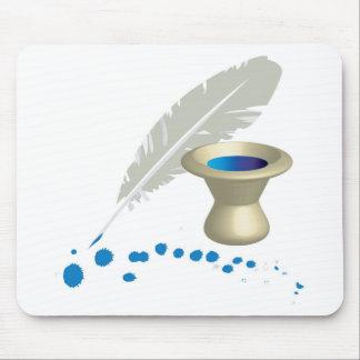 El pote de la tinta con la pluma y la tinta salpic alfombrillas de ratón