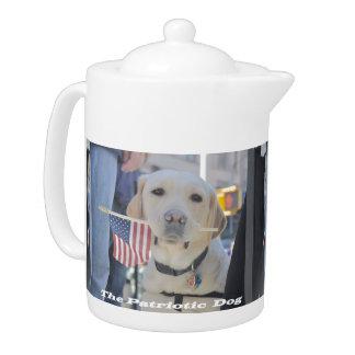 El pote patriótico del té del perro