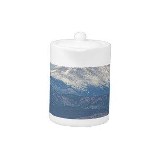 El pozo de petróleo Pumpjack y la nieve sacada el