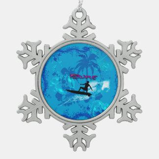 El practicar surf adorno de peltre en forma de copo de nieve