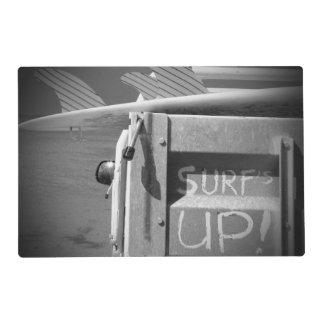 El practicar surf ascendente de la resaca de la tapete individual