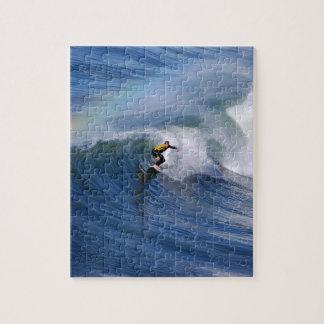 El practicar surf bajo rompecabezas del arco iris