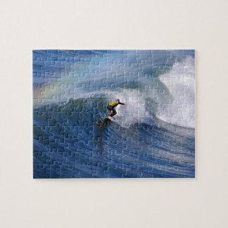 El practicar surf bajo rompecabezas horizontal del