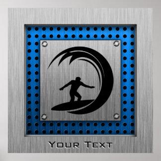 El practicar surf cepillado de la mirada del metal póster