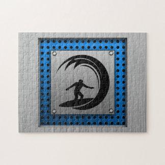El practicar surf cepillado de la mirada del metal puzzles con fotos