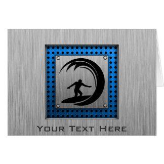 El practicar surf cepillado de la mirada del metal tarjeta de felicitación